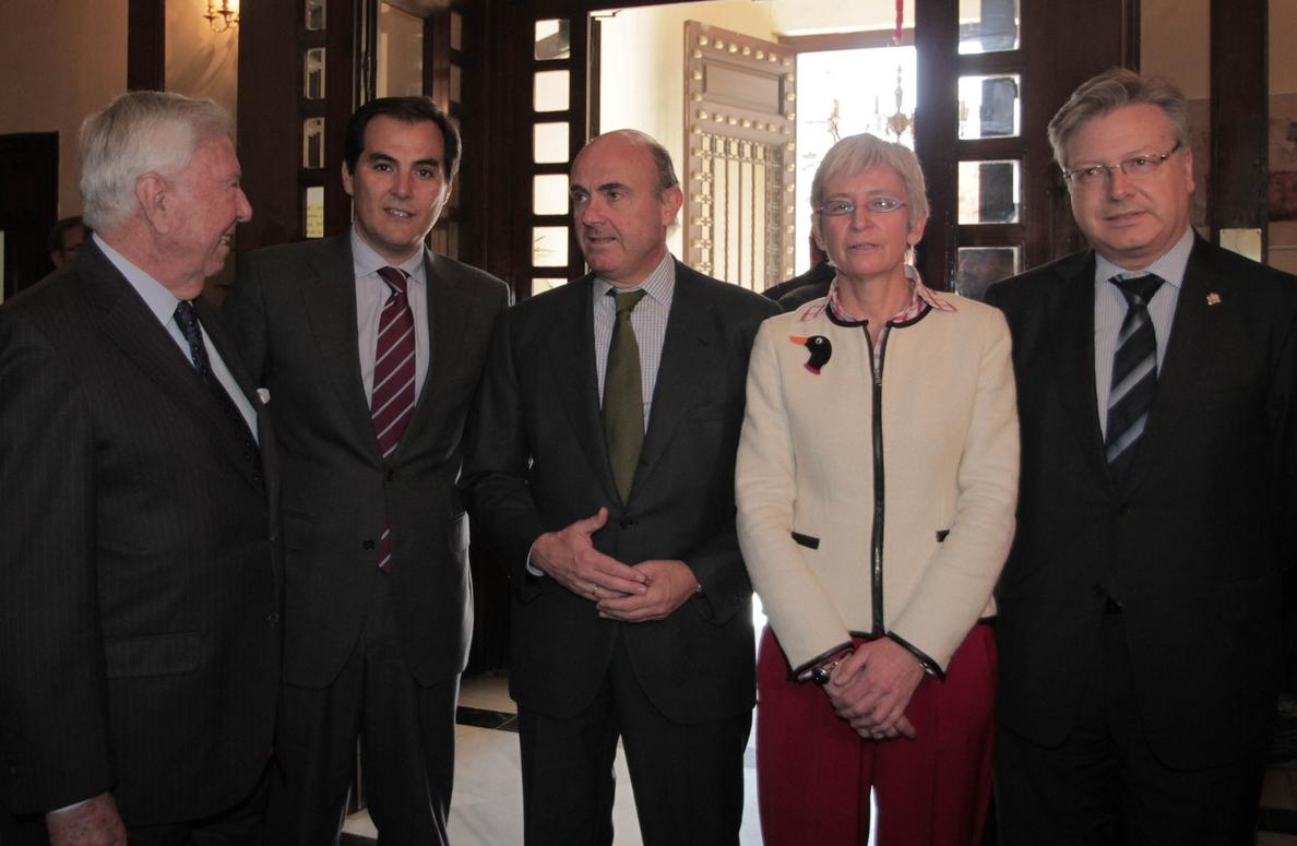 De Guindos insiste en que España «está saliendo de la recesión», después de «siete trimestres de crecimiento»