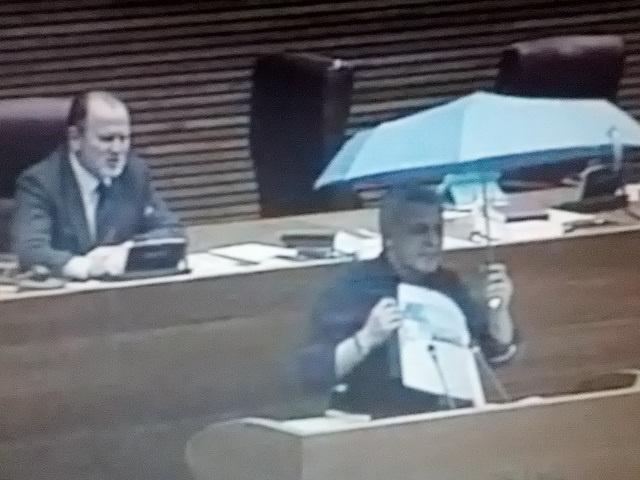 Soto (PSPV) abre un paraguas en el pleno de las Corts como símbolo de protesta contra campañas turísticas sexistas