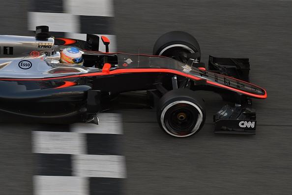 Alonso completa su primer día feliz en McLaren… aunque también tuvo un susto