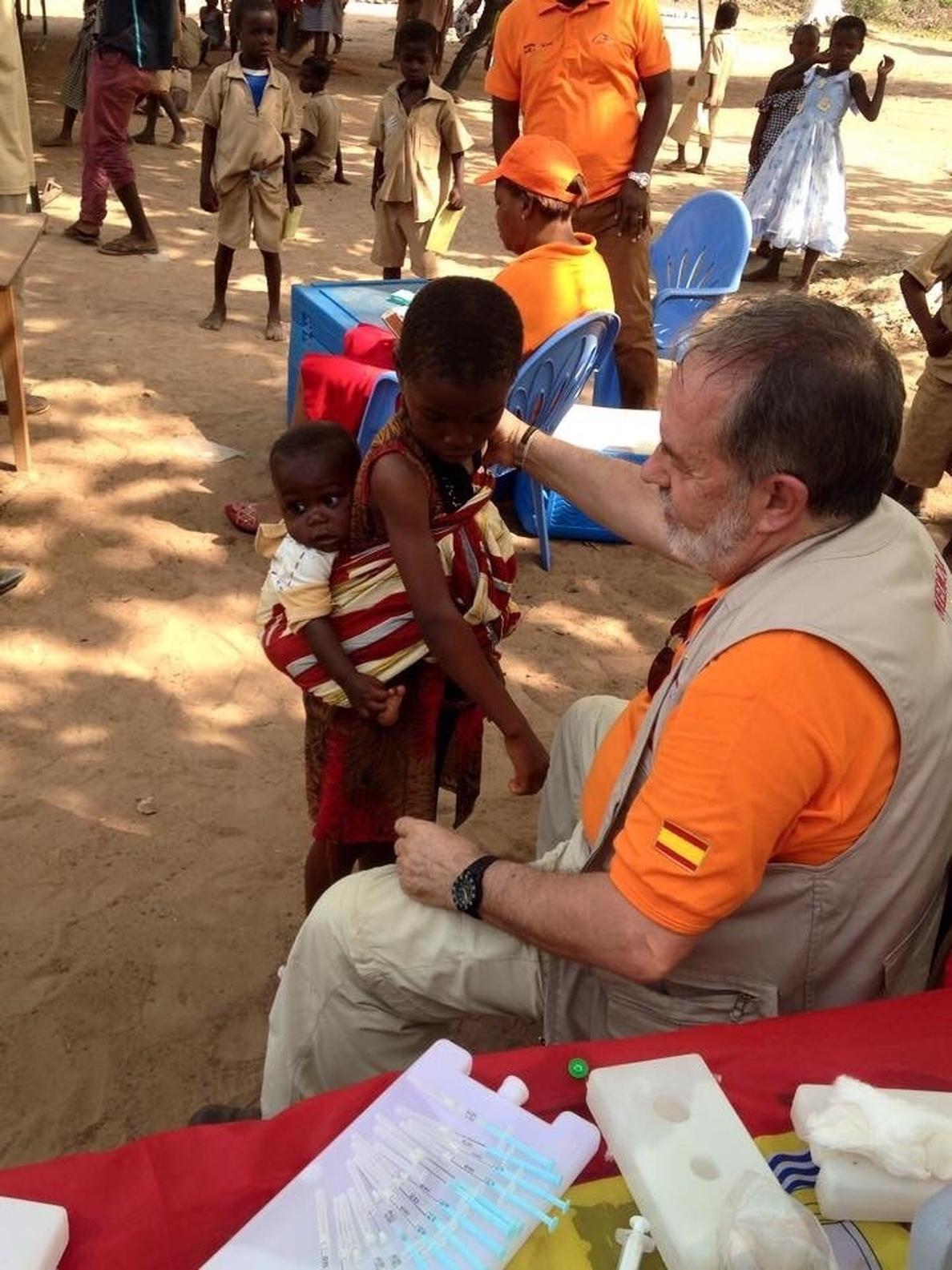 Un grupo de pediatras sevillanos vacuna a 18.000 niños en Costa de Marfil contra la meningitis y la fiebre tifoidea