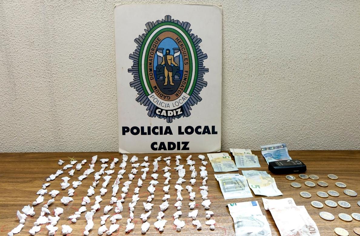 Detenido un hombre de 72 años con más de 130 papelinas de cocaína y heroína en la capital