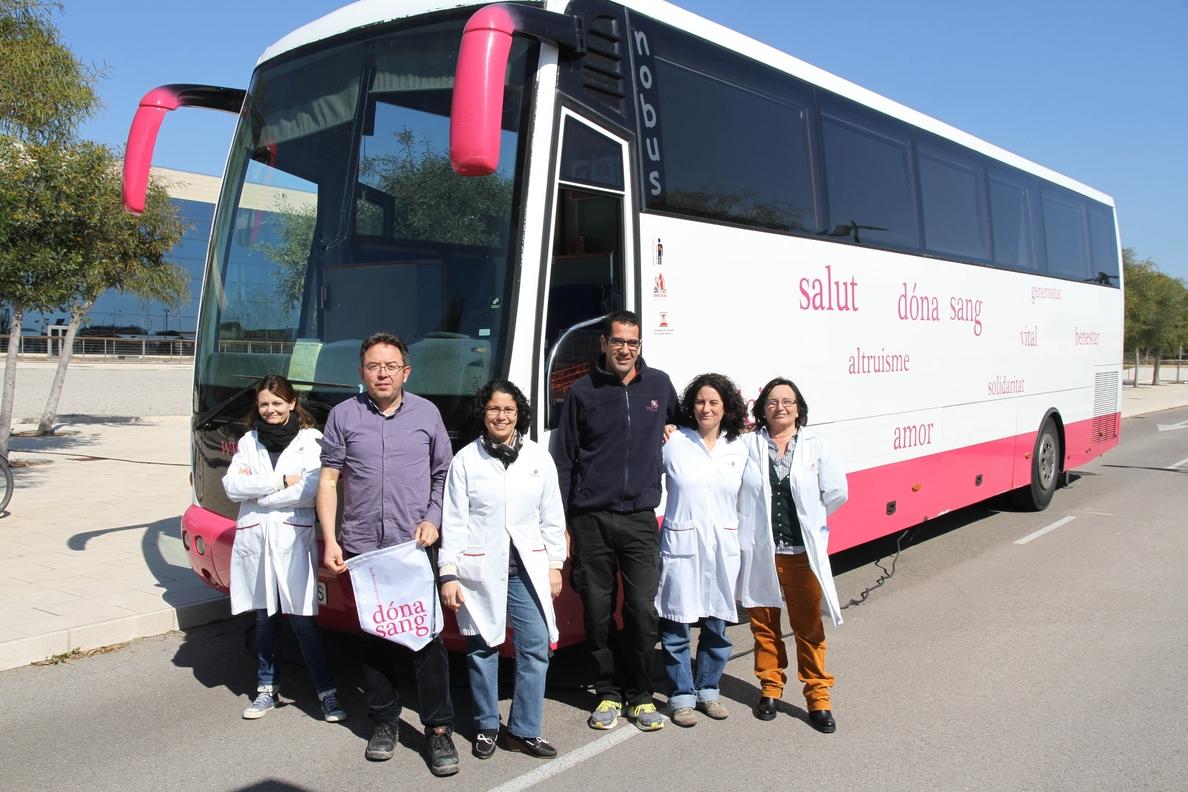Trabajadores de Endesa participan en una campaña de donación de sangre en Baleares