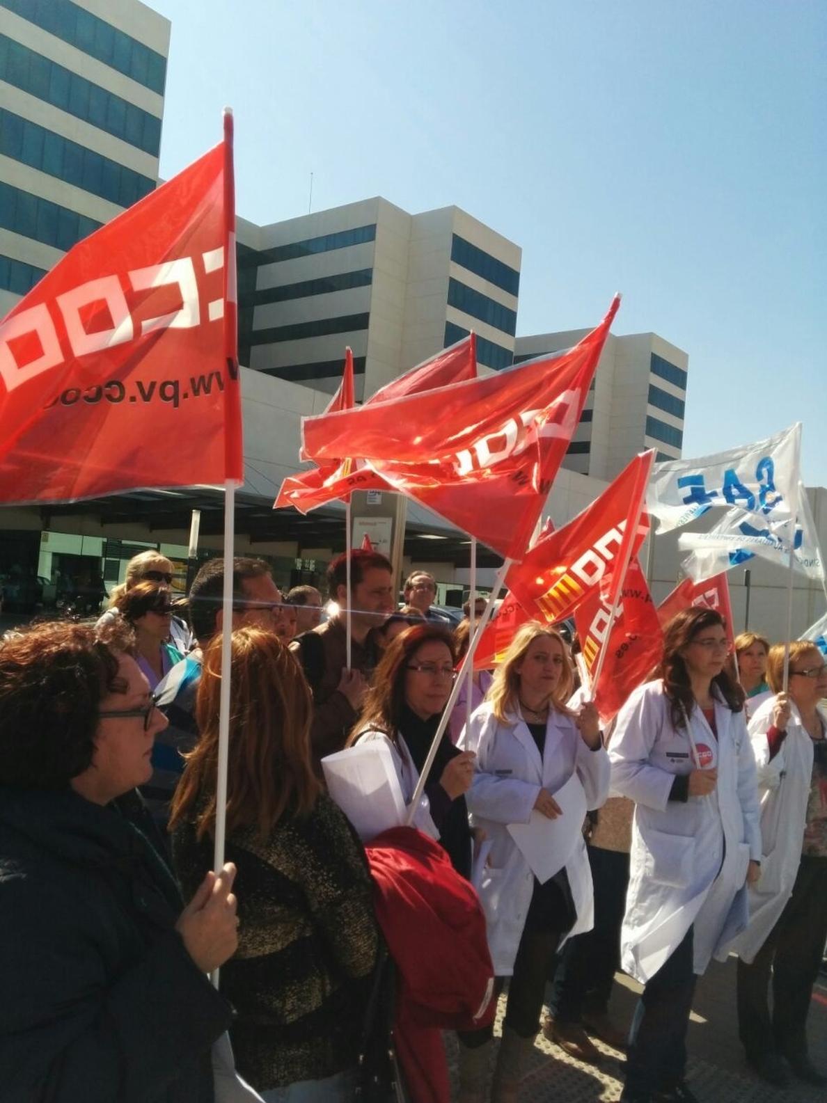 Trabajadores de los Hospitales Clínico y La Fe se concentran para denunciar la «precariedad» y «sobrecarga»