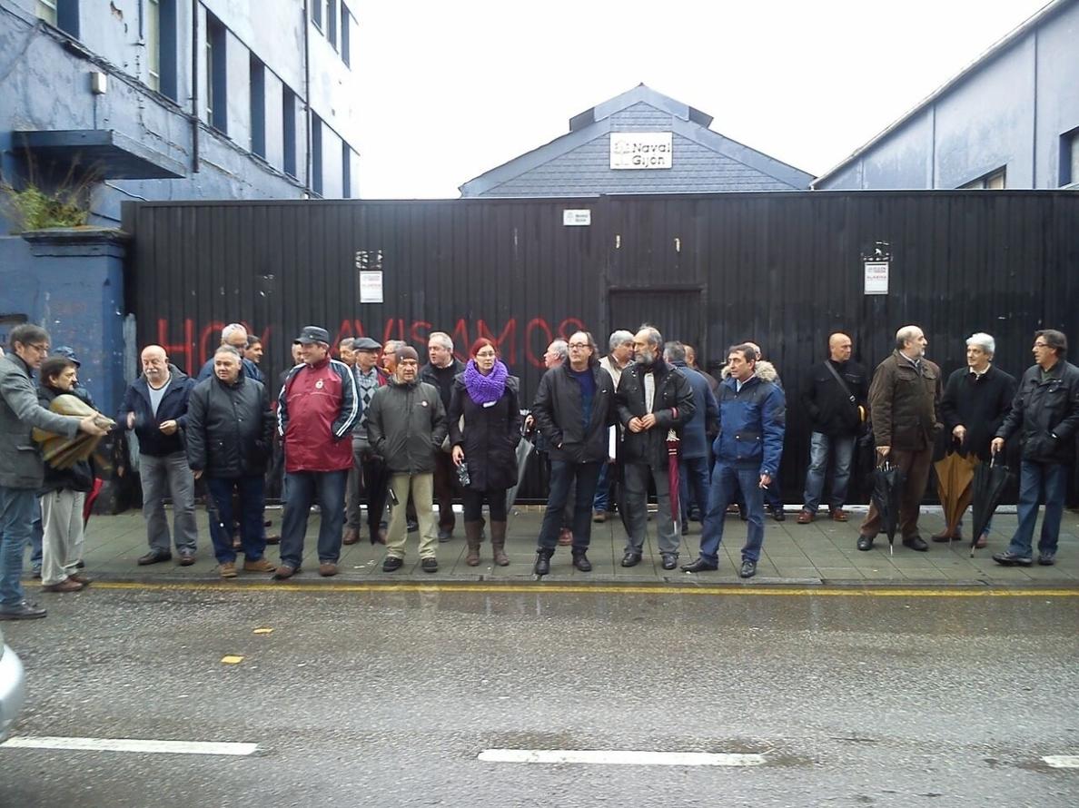 Ex trabajadores de Naval Gijón se manifiestan frente al astillero