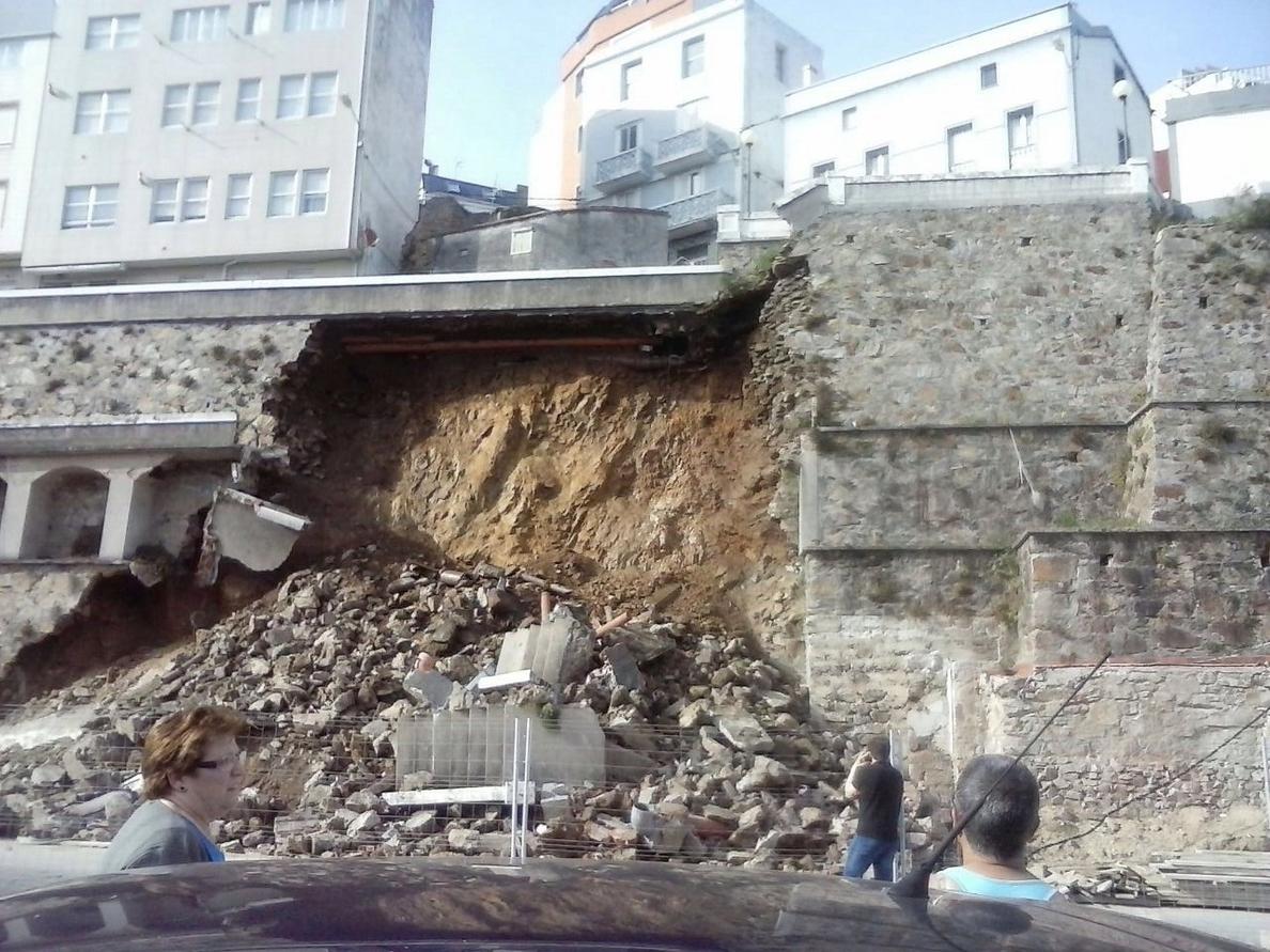 El derrumbe de un muro en la zona del puerto de Malpica (A Coruña) obliga a desalojar un edificio de viviendas