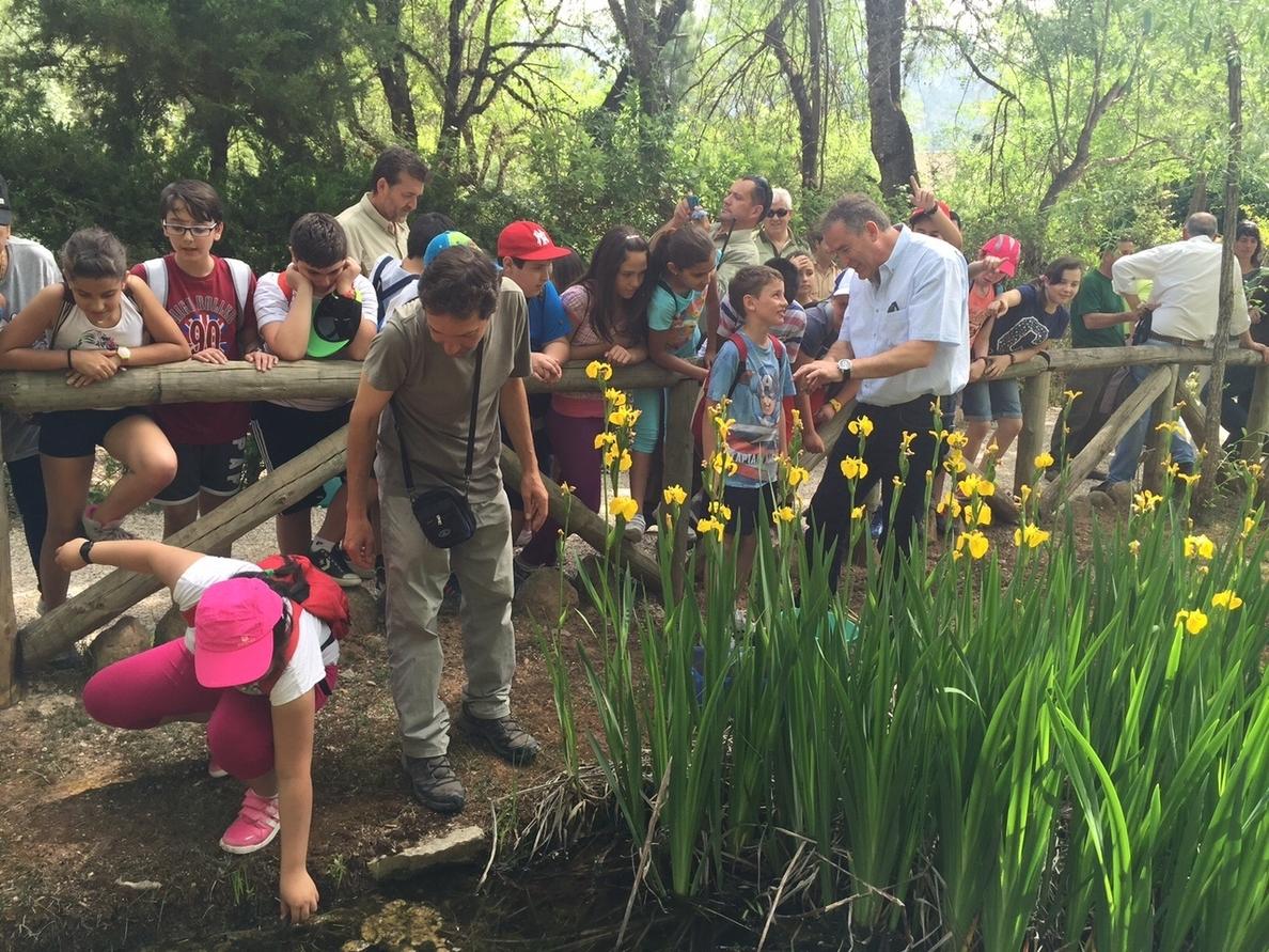 Escolares cazorleños participan en la suelta de cangrejos autóctonos en la charca de la Torre del Vinagre