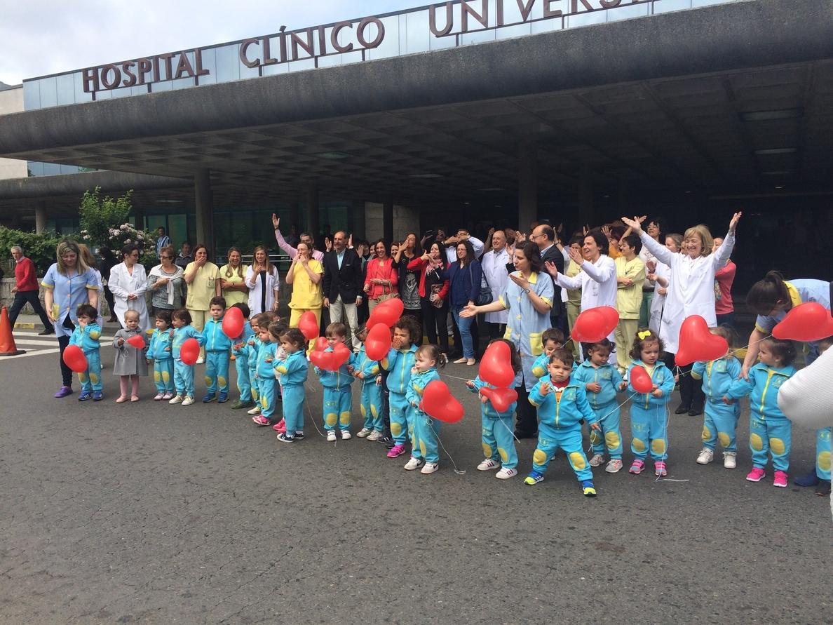 Niños, familiares y sanitarios lanzan besos en Santiago para concienciar de la situación de niños hospitalizados