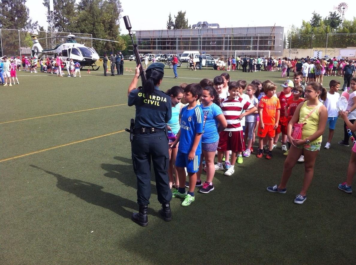 Unos 2.000 alumnos conocen los medios y especialidades de la Guardia Civil en una jornada en Mairena del Alcor