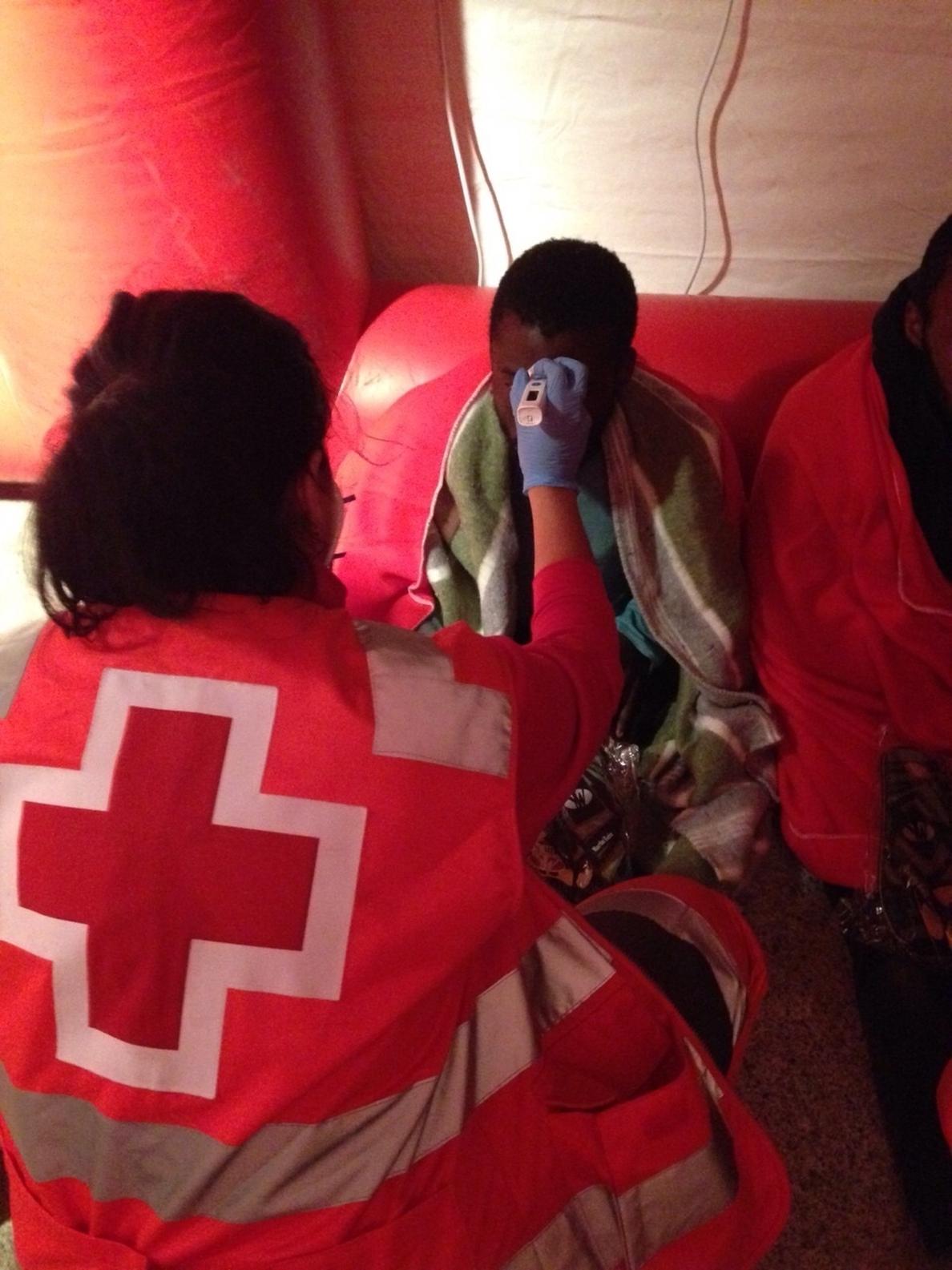 Llevan a Ceuta a 51 subsaharianos rescatados en una embarcación a la deriva en el Estrecho durante tres días