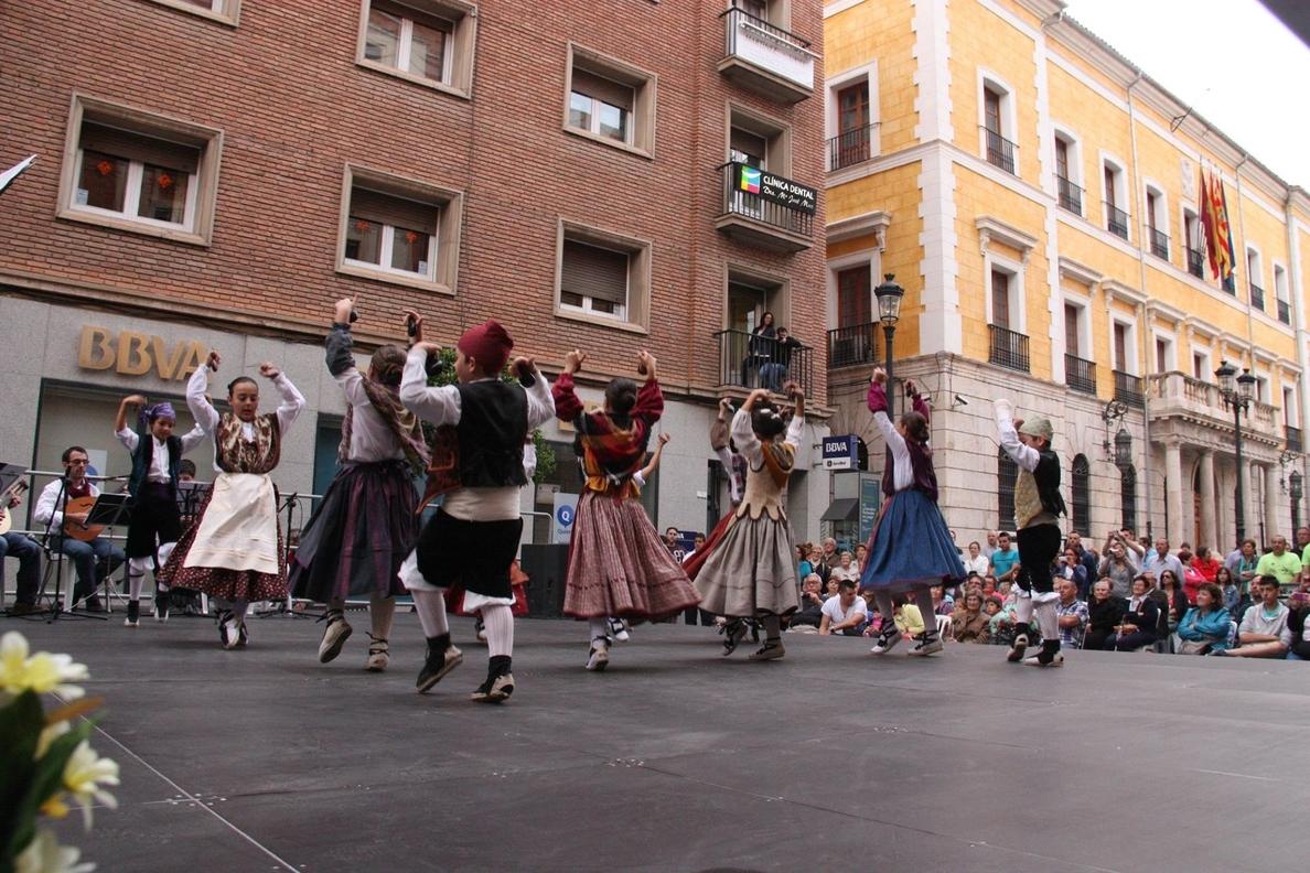 Los 200 alumnos de las Academias de Folklore Aragonés de la Asociación »Ciudad de los Amantes» actuarán este viernes