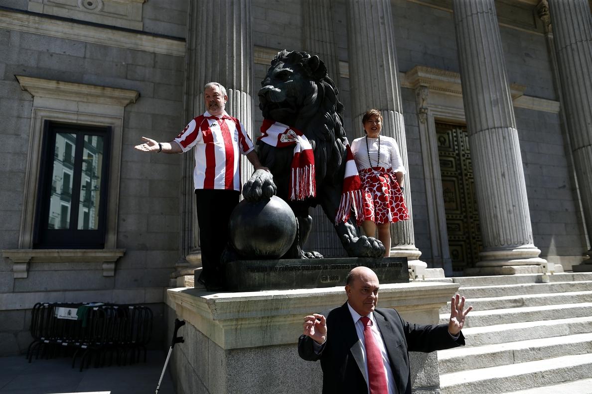 Diputados del PNV convierten en »león del Athletic» a uno de los felinos que custodian en Congreso
