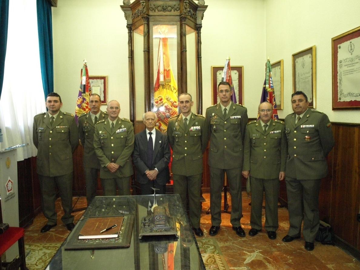 El Regimiento de Ingenieros de Salamanca otorga el título de zapador minador honorífico al escultor Venancio Blanco