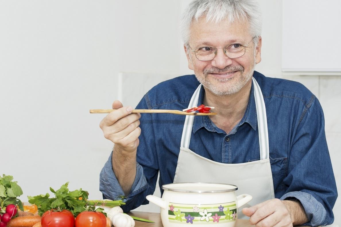 La alimentación saludable es clave para mejorar el control de las enfermedades crónicas en las personas mayores