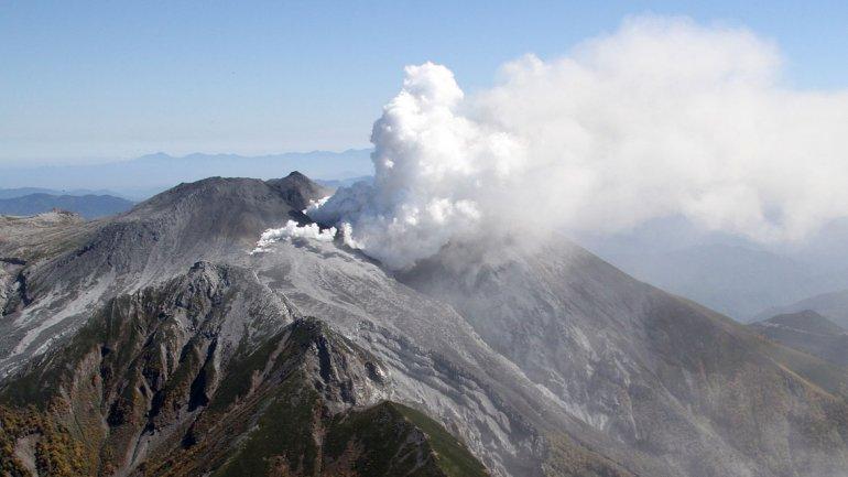 Japón evacúa la isla de Kuchinoerabu tras la erupción de un volcán