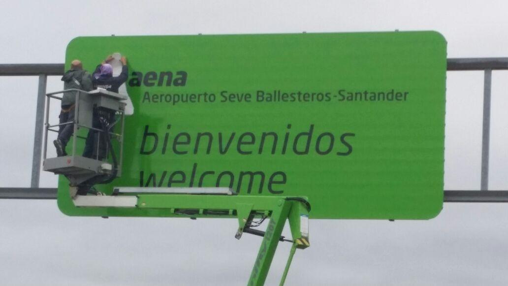 El aeropuerto »Seve Ballesteros-Santander» ya cuenta con el primer cartel con el nuevo nombre