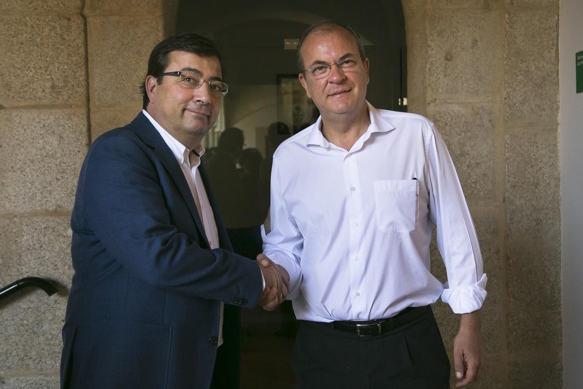 Monago señala que deja una Extremadura «en crecimiento» a Vara, quien avanza que cambiará «una parte de las políticas»