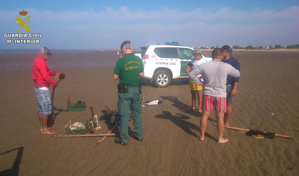 Denunciadas 14 personas por capturar coquinas en playa de Isla Canela, cerrada al marisqueo por toxinas