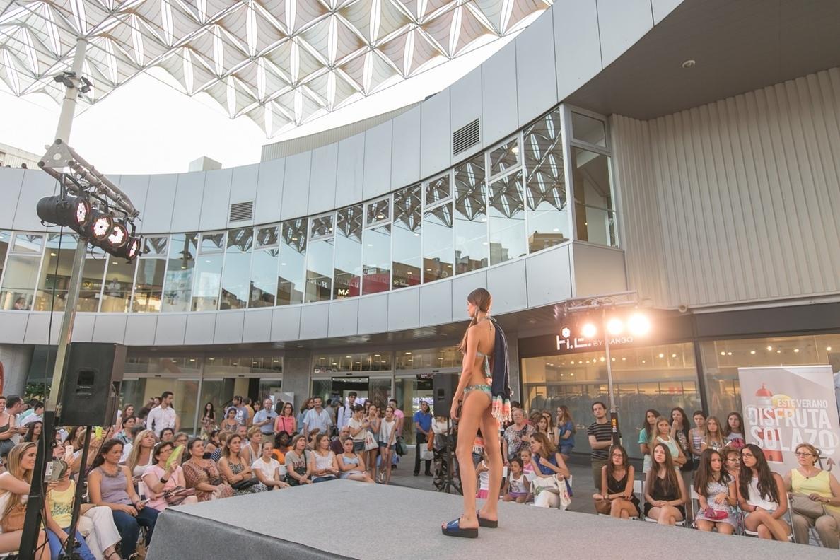 El centro comercial Nervión Plaza muestra con desfiles la moda de baño de distintas firmas