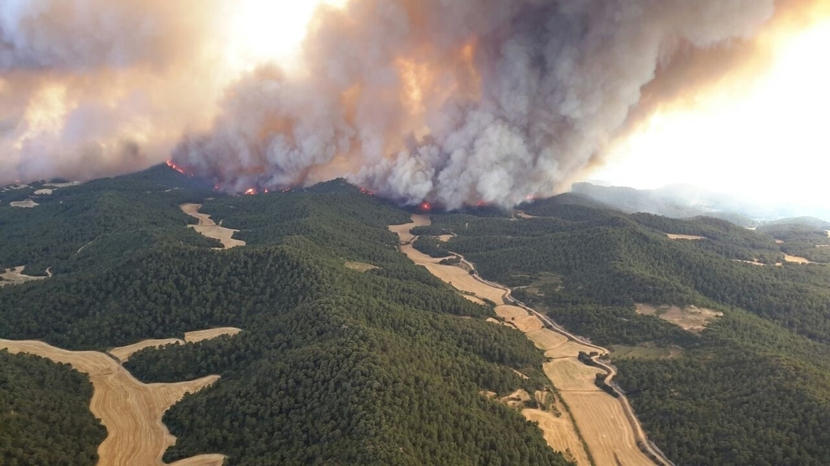El incendio de las Cinco Villas se queda a unos 400 metros del casco urbano de Asín