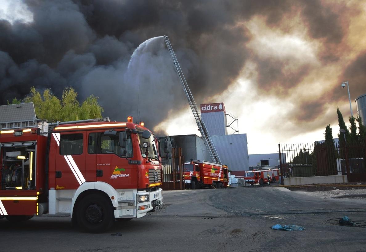 Controlado el incendio declarado en una de las naves de almacenamiento de residuos de CIDRA en Daimiel (Ciudad Real)