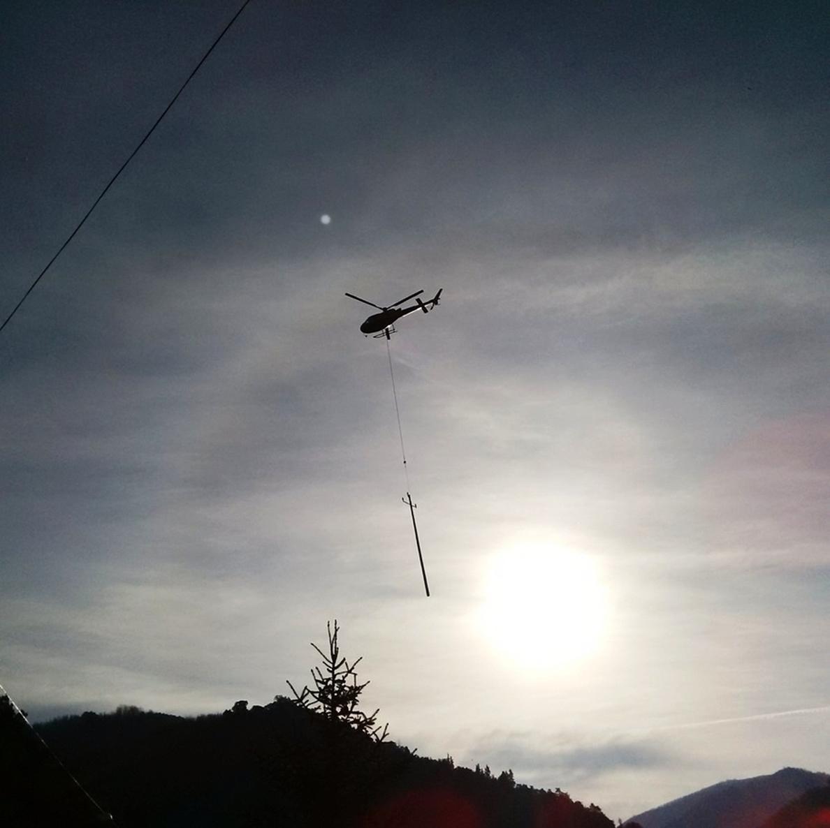 Endesa renueva con helicóptero una línea eléctrica en La Selva (Girona)