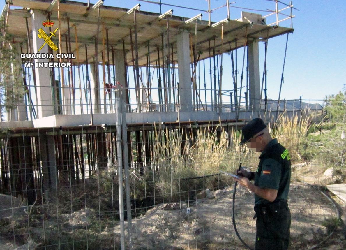 La Guardia Civil imputa a dos personas por edificar en un espacio natural protegido en San José de la Vega