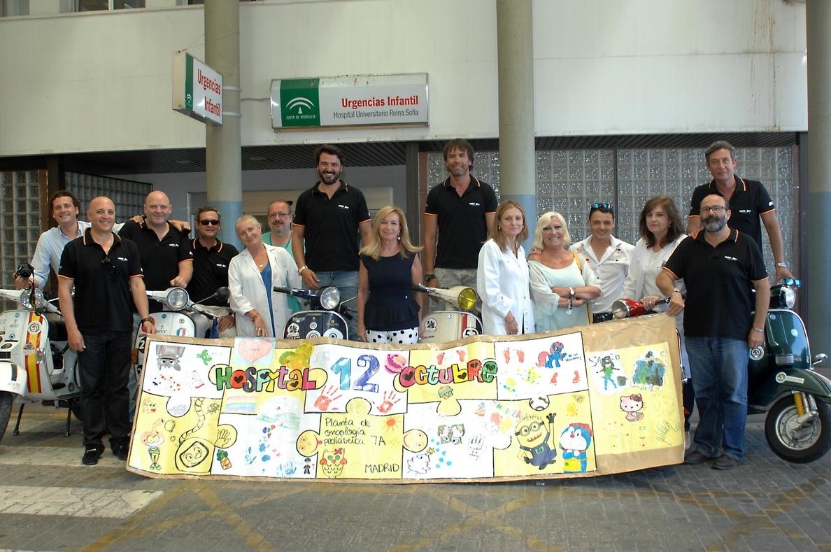 Pilotos del Vespa Tour Córdoba entregan regalos a los niños del Reina Sofía tras finalizar la ruta de este año
