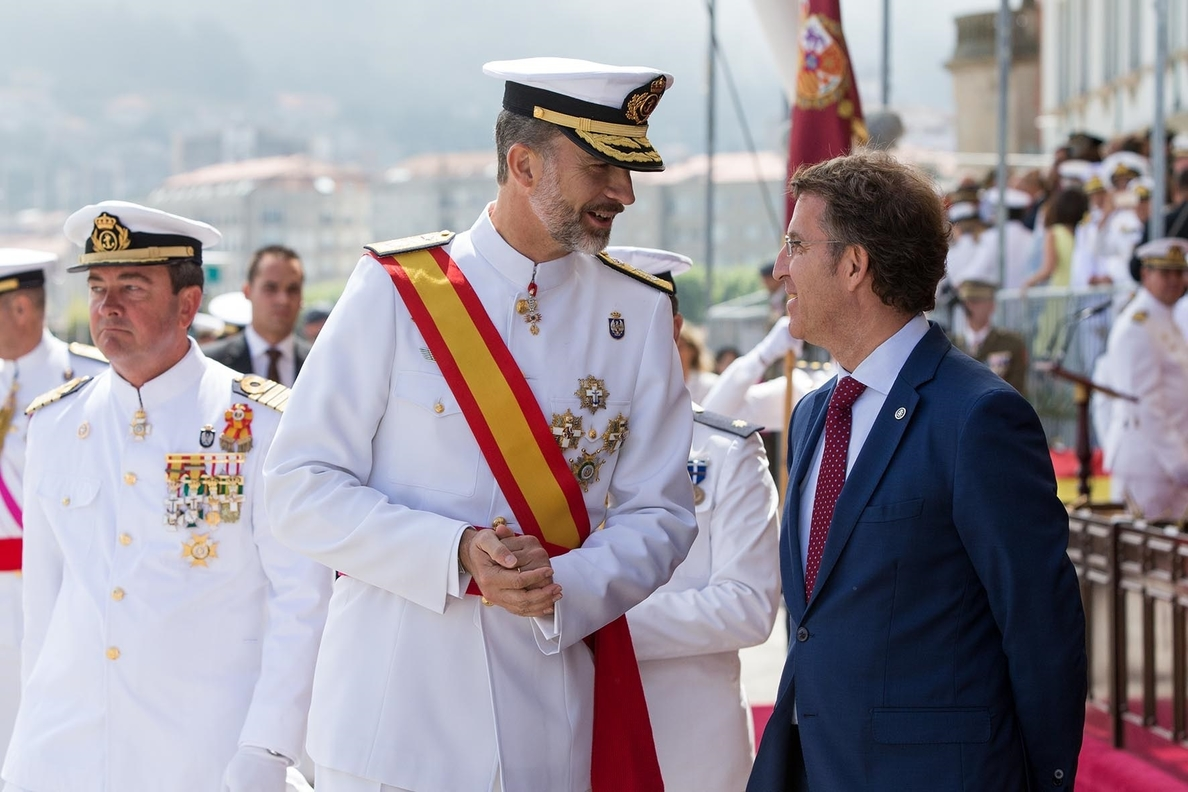 El Rey preside la entrega de reales despachos a la primera promoción universitaria de la Escuela Naval de Marín
