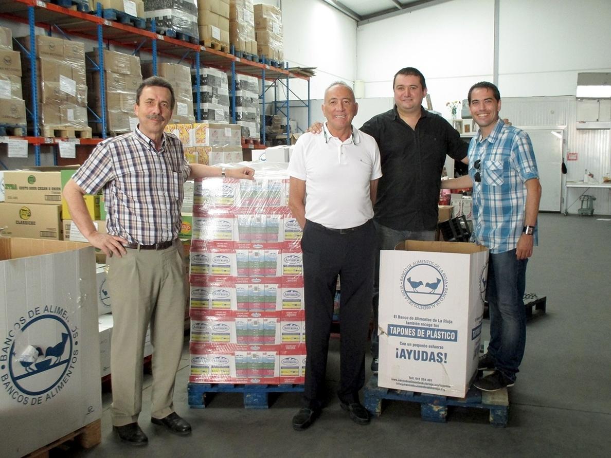 La VI Escuela de Verano CB Clavijo-AD Basket 77 dona 600 litros de leche y 33 kilos de alimentos