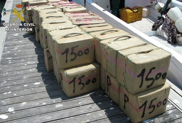 Cuatro detenidos por tráfico de drogas al localizarse dos embarcaciones con 4.000 kilos de hachís