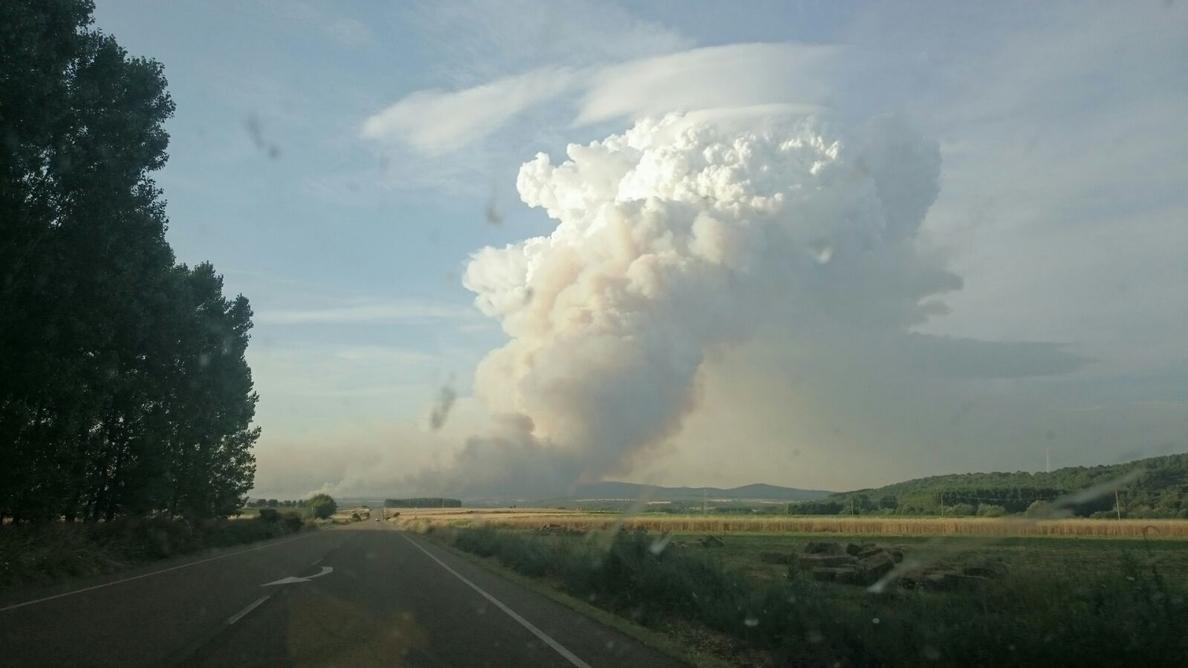 Un operativo de 215 personas trabaja en el incendio de Quintana (León), con más de 1.500 hectáreas arrasadas
