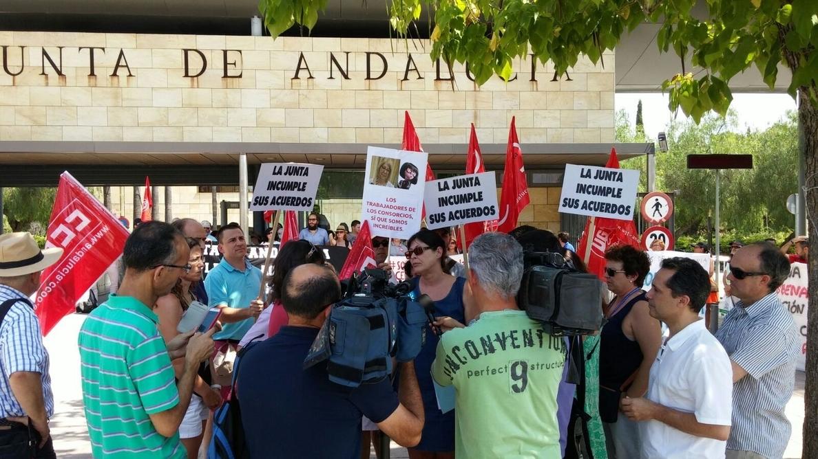 Más de 200 trabajadores de los consorcios escuela se concentran ante Torretriana y prevén encerrarse en La Cónsula