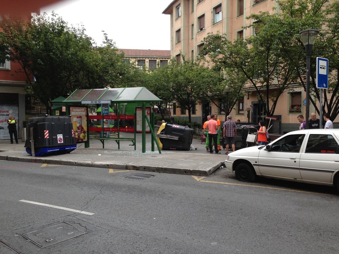 Un turismo pierde el control en Bilbao y choca contra una parada de autobús y tres contenedores sin causar heridos