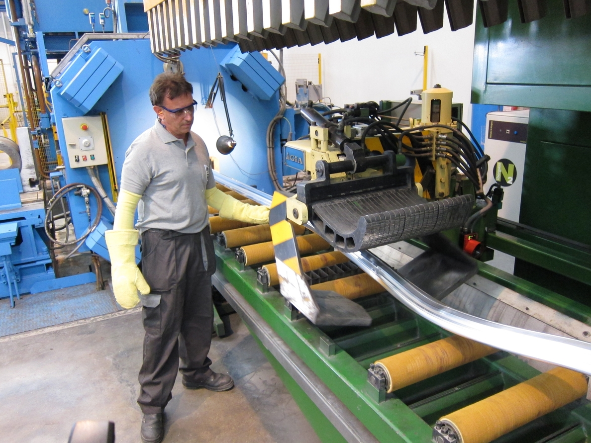 (Ampl.) La facturación de la industria vuelve a terreno positivo en mayo y se disparan los pedidos