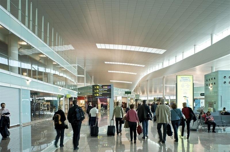(Ampl.) Las »low cost» transportaron 15,8 millones de pasajeros hasta junio, un 10,3% más