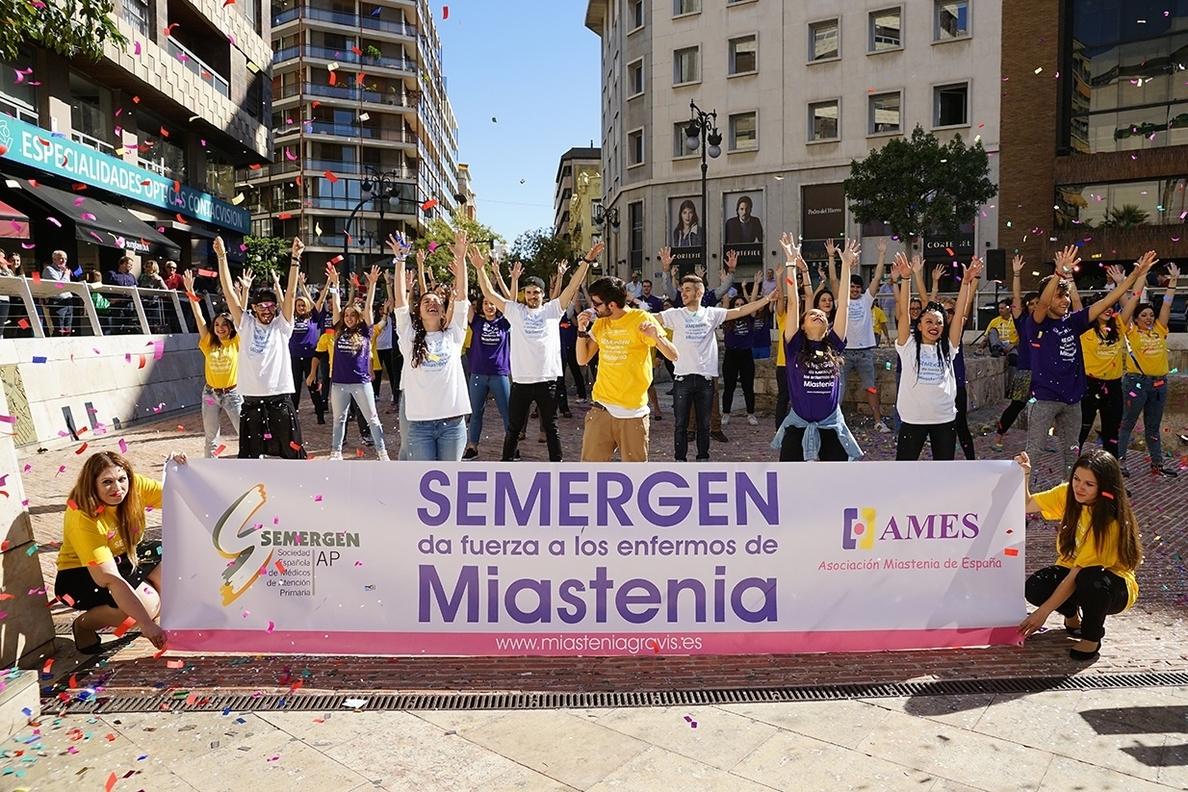 Decenas de personas bailan en Valencia en un »flashmob» en apoyo a los enfermos de miastenia
