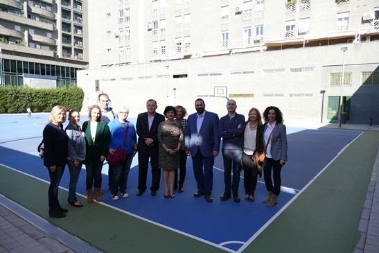 El colegio »Genil» de Granada moderniza sus pistas deportivas tras una inversión de 65.000 de la Junta