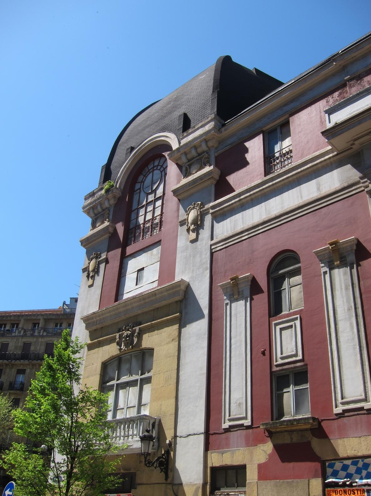 Las instituciones autorizan la retirada de la cúpula del Bellas Artes de San Sebastián por «riesgo de ruina inminente»