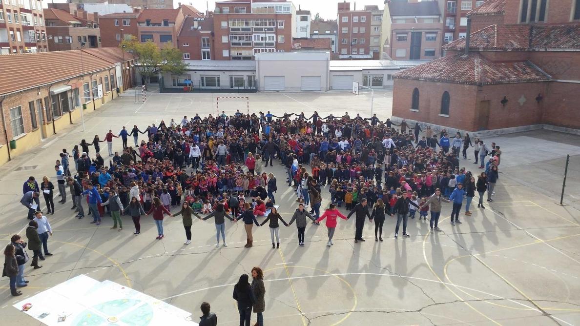 El Colegio Nuestra Señora del Carmen de Valladolid celebra un acto simbólico en favor del »Entendimiento global»