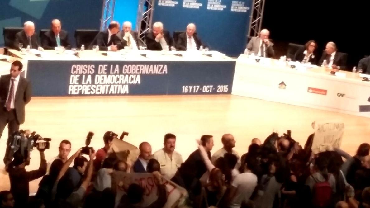 Estudiantes interrumpen una conferencia de Felipe González en la UA al  grito de «fascistas» y «fuera empresarios»