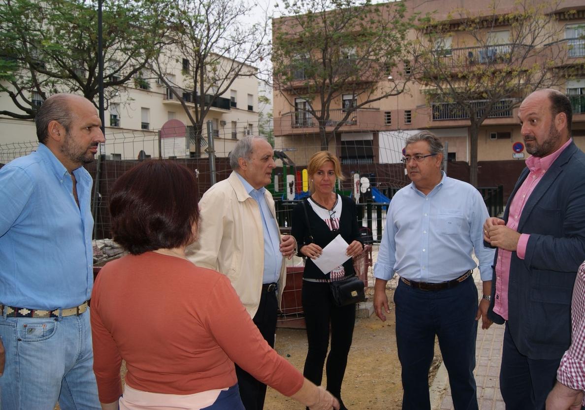 Zoido pide a Espadas que agilice las obras de la plaza de Las Aceituneras ante el «parón» que sufren