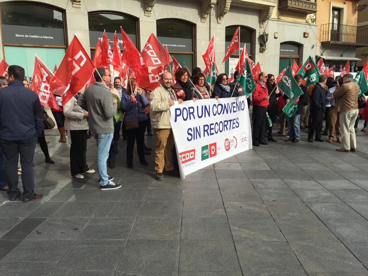 Un centenar de delegados sindicales de cajas de ahorro se concentran en Toledo pidiendo avances en su convenio colectivo