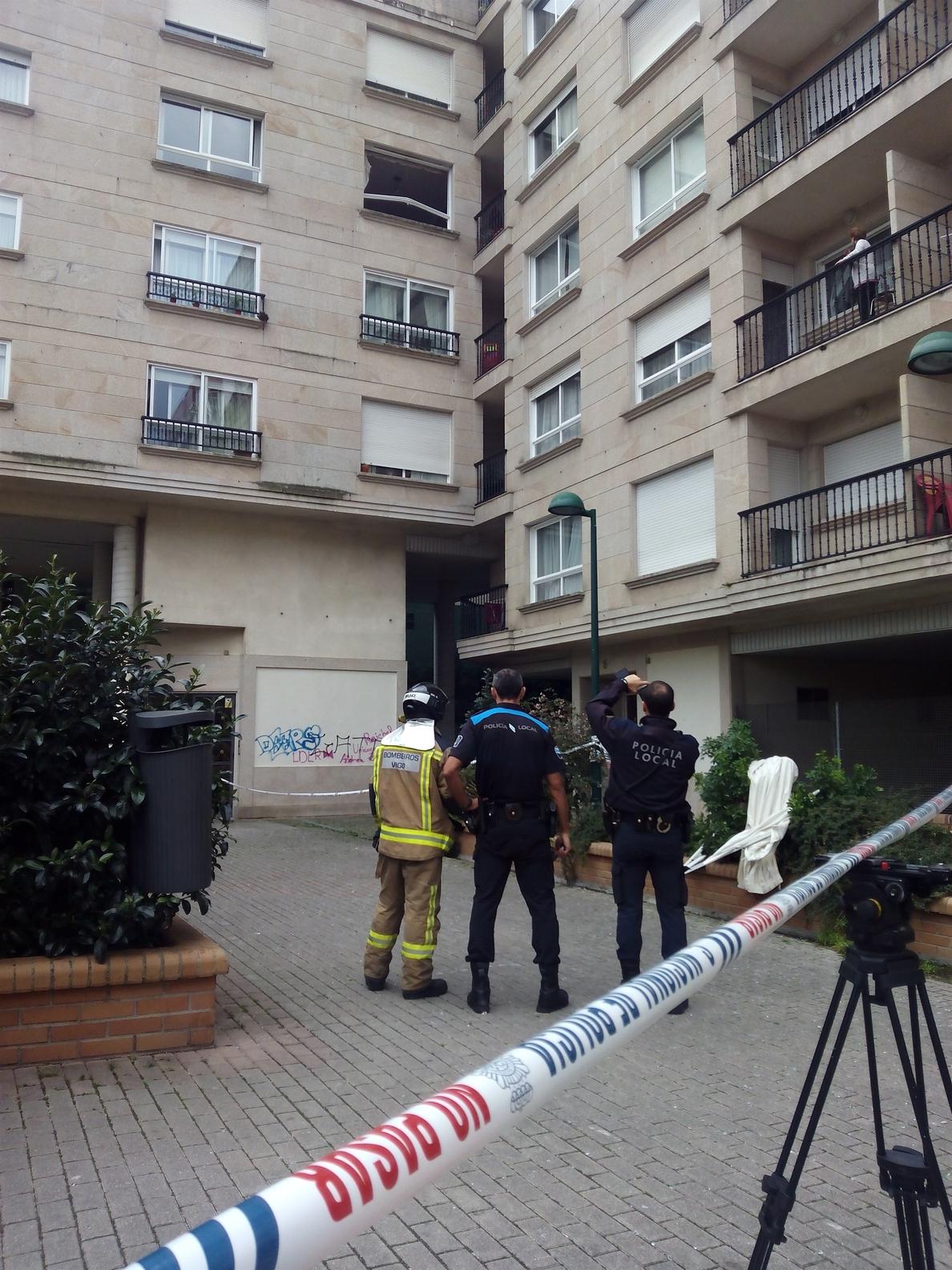 La explosión en un piso en Vigo deja heridos a un padre y su bebé y numerosos daños materiales