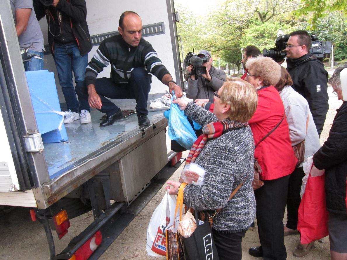 El cerco gallego regala 6.000 kilos de jurel en Santiago en protesta por el cierre de la pesquería