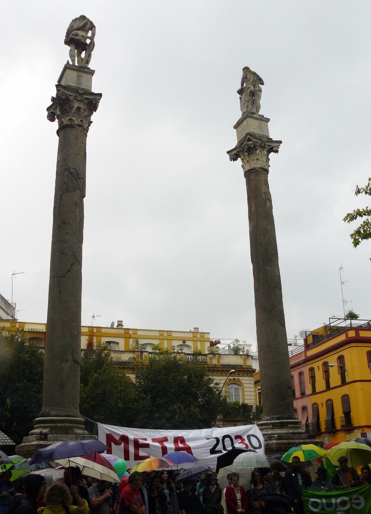 Cerca de 200 personas se unen contra la pobreza y la desigualdad en la Alameda de Hércules