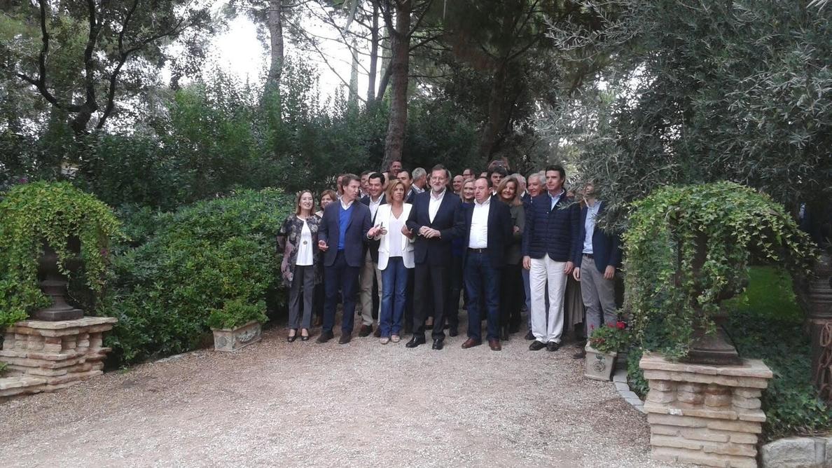 Rajoy posa con Cospedal, todos sus ministros y los barones del PP, con la ausencia de Herrera, Rudi y Aguirre