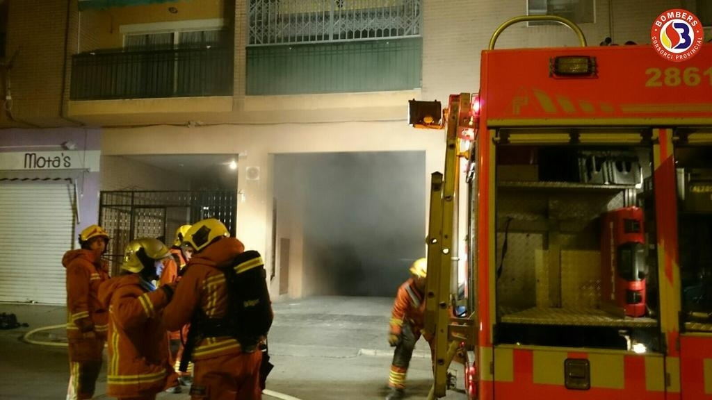 Ocho vecinos evacuados por el incendio de una motocicleta en el garaje de una finca en Buñol
