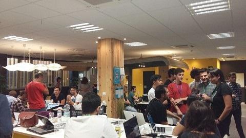 Emprendedores universitarios se reúnen para trabajar en soluciones innovadoras de entidades