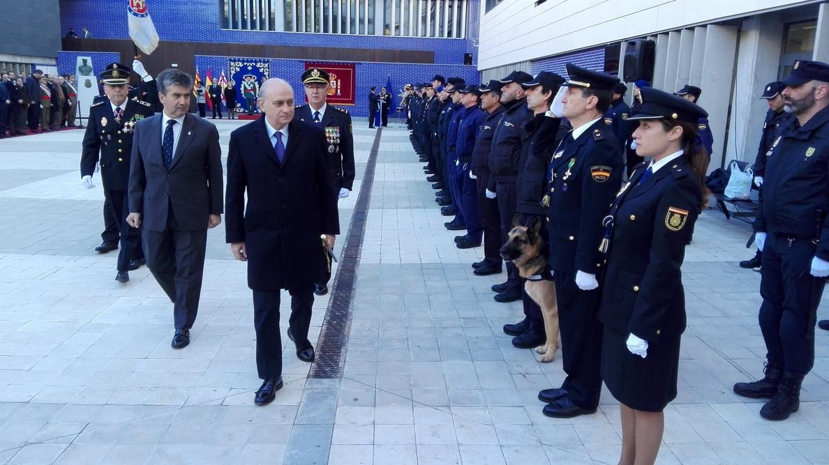 Jorge Fernández alaba en Barcelona la bandera española como «símbolo de la unidad de la patria»