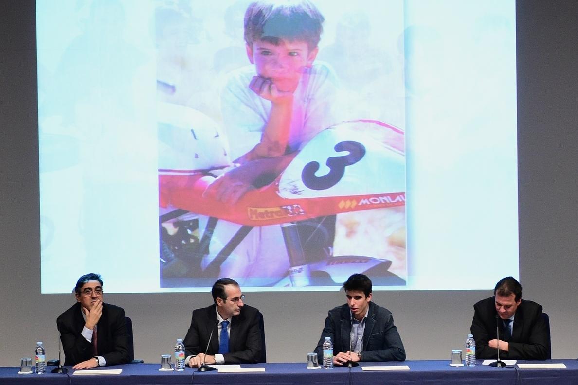 Álex Márquez entrega los diplomas del curso en Seguridad Vial a los alumnos de la URJC